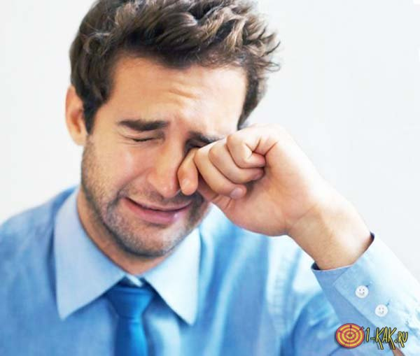 Горько плачущий мужчина