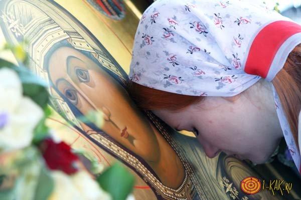 Молится Иконе Ксении Питербуржской