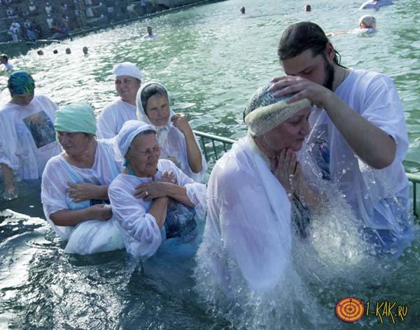 Баптисты проводят обряд омовения
