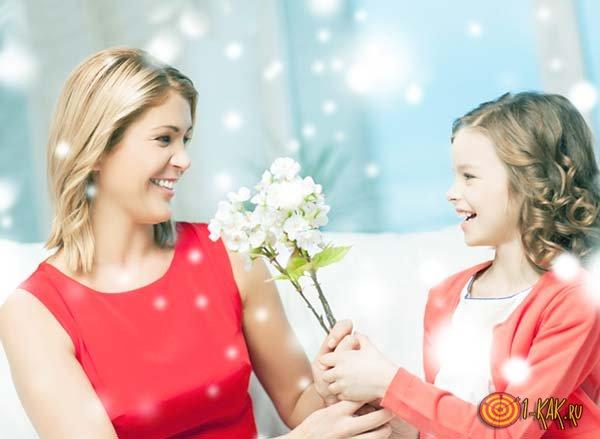 Дочь дарит маме подарок в день благодарности