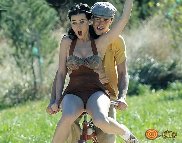 Радостный мужчина на велосипеде