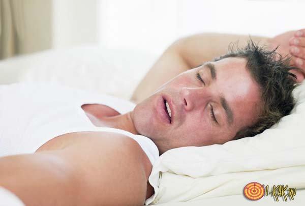 Потный мужчина спит
