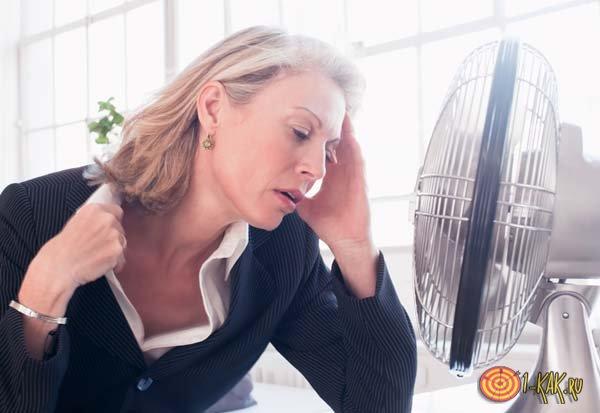 Женщина сильно потеет даже под вентилятором
