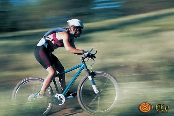 Велосипедист педалирует быстро