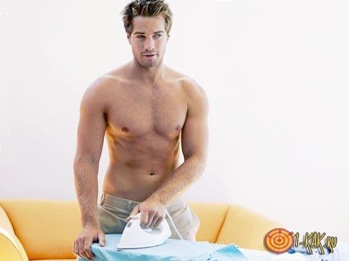 Хозяйственный парень гладит рубашку
