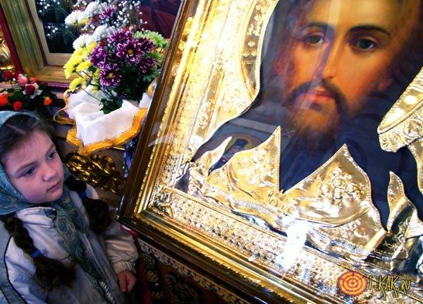Молится Сергею Радонежскому в церкви