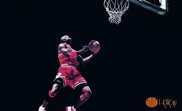Высоко прыгающий баскетболист