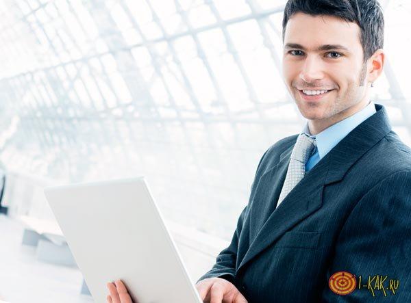 Управленец с ноутбуком