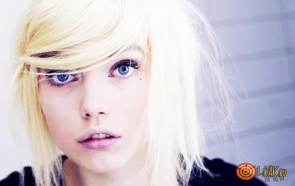У девушки желтый оттенок волос