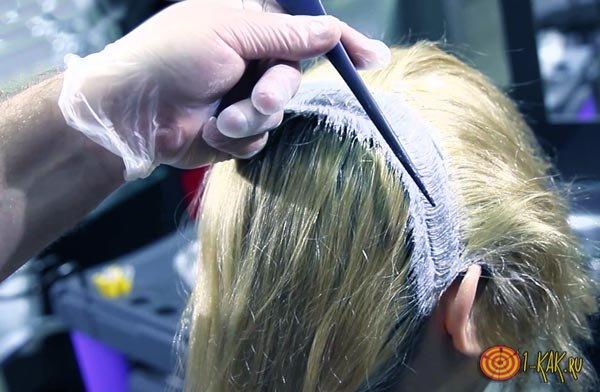 Проводит обесцвечивание в парикмахерской