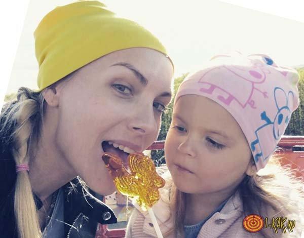 Занимается творчеством с дочерью