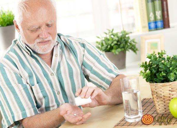 Дедушка принимает лекарства