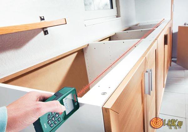 Измеряет лазерным прибором площадь