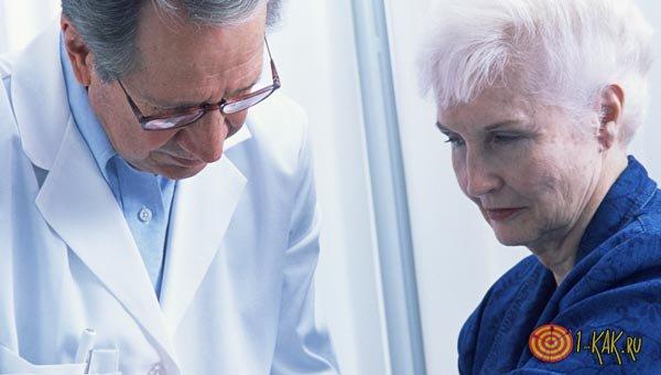 Врач лечит печень пациента