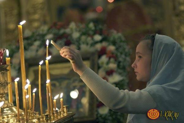 Девушка молится Воронежскому