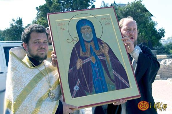 Два святых отца несут лик Митрофана