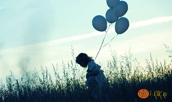 Девочка одна с шариками