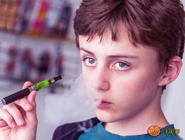 Ребенок парит электронную сигарету