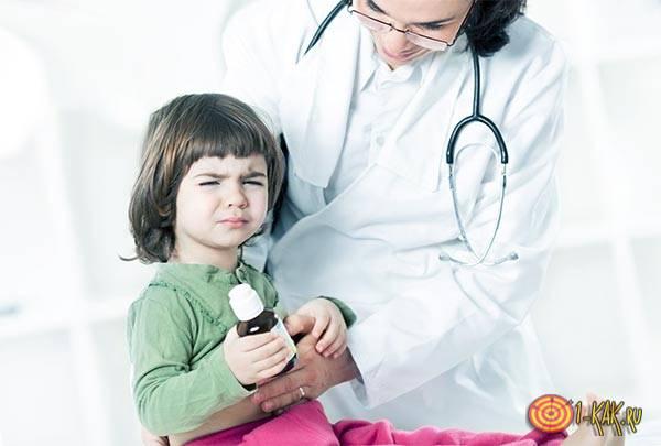 Врач помогает вылечить недуг ребенку