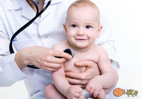 Ребенка лечит доктор педиатр