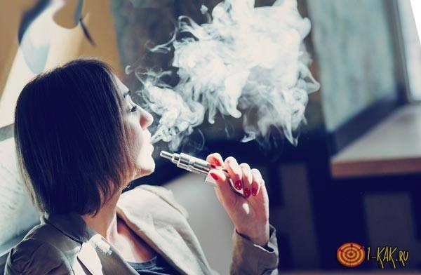 Девушка любит электронные сигареты и парить