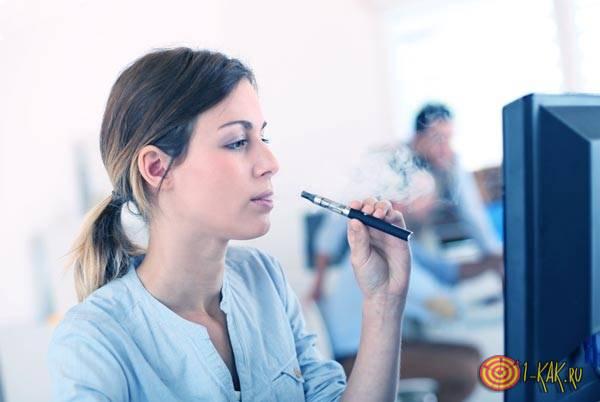 Курит на рабочем месте