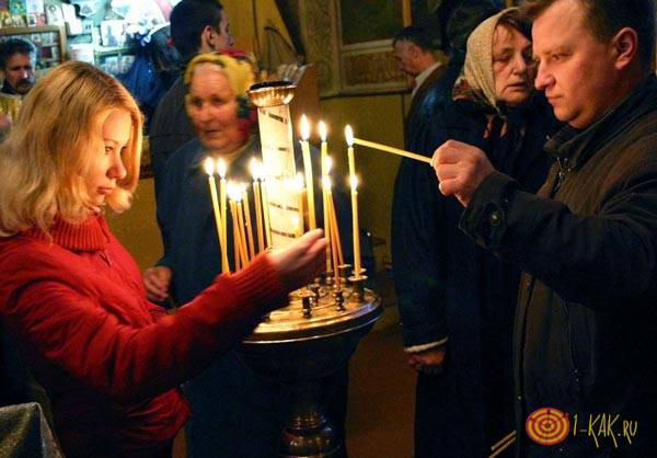 Ставят свечи за здравие