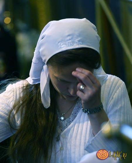 Православная девушка крестится