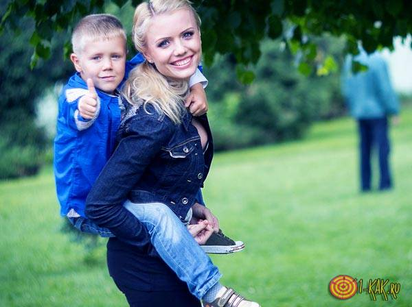 Счастливый сын с мамой