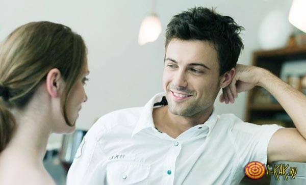 Влюбленный мужчина перед девушкой