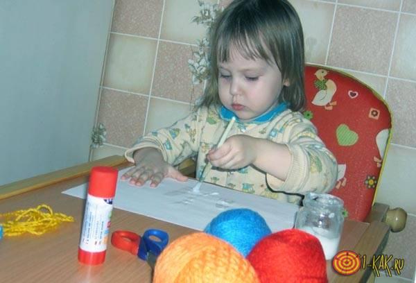 Ребенок клеит игрушки
