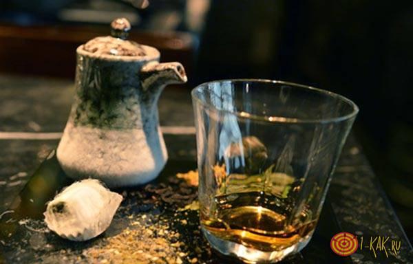 Стакан виски с чаем