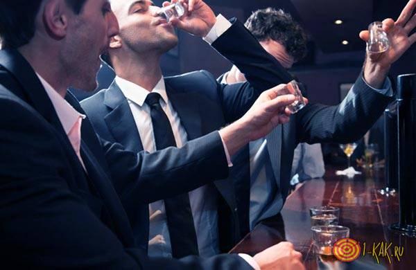 Парни пьют в баре