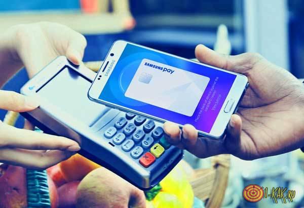 Пользуется Samsung Pay для оплаты товара на кассе