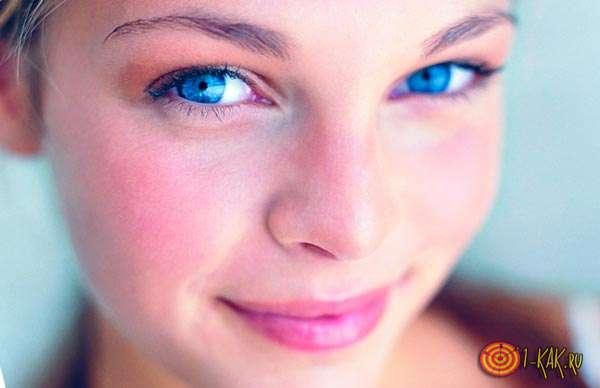 Красивая девушка живет легко