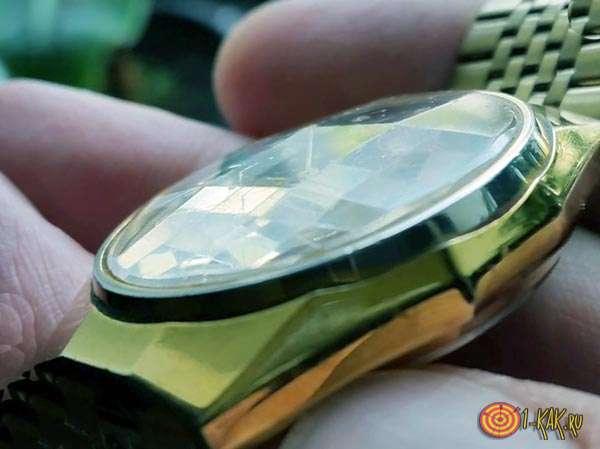 Исцарапанное стекло часов