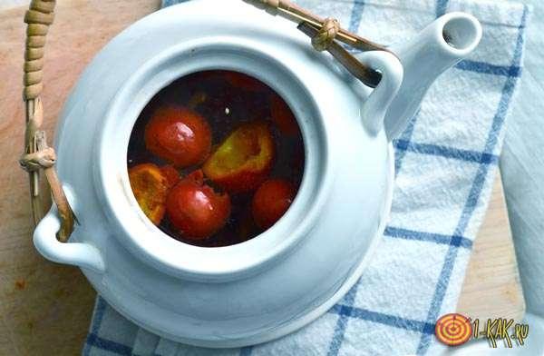 Отвар ягод в чайнике