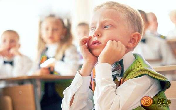 Ребенок слушает на первой парте