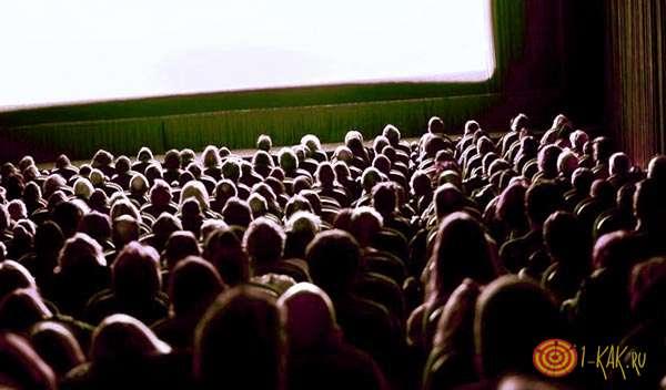 Зрители смотрят превью фильма