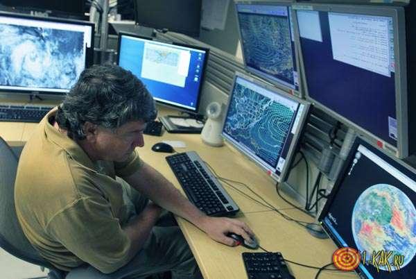 Метеоролог следит за погодой