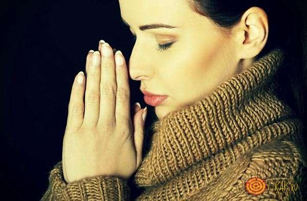 Молится за возвращение любимого Святой Матроне