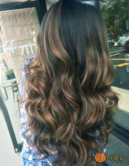 Ослабленные волосы каштанового оттенка