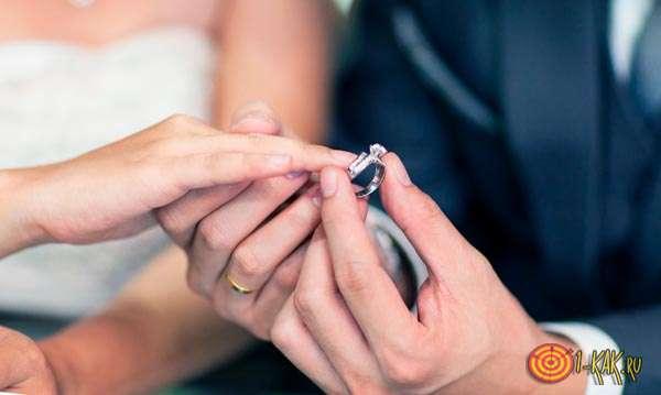 Одевает кольцо на правую руку