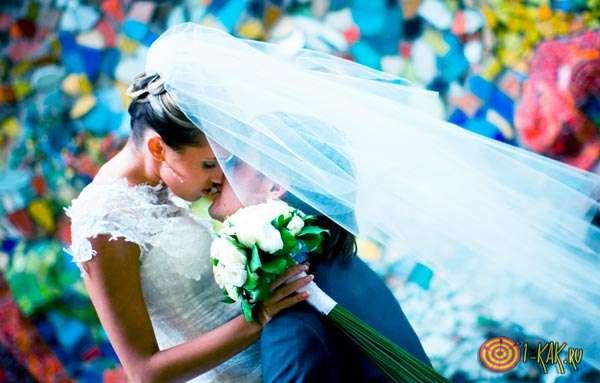 Счастливые молодожены на свадьбе