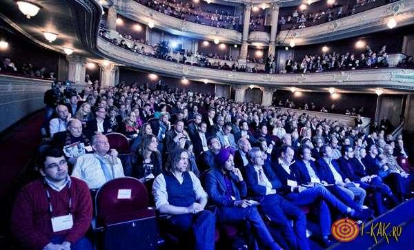 Организаторы и участники в зрительном зале