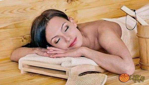 Спит на банной лавке