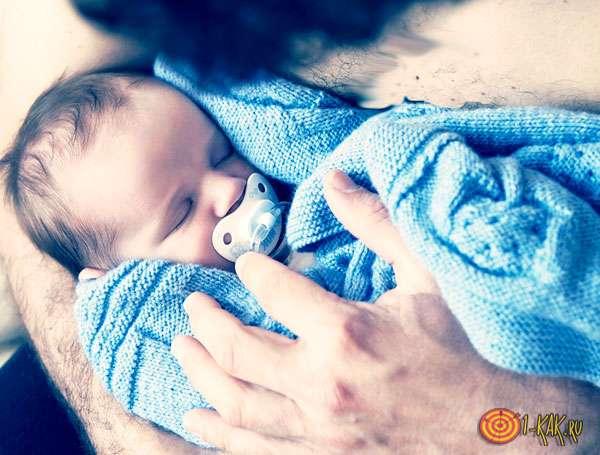 Младенец на руках у папы