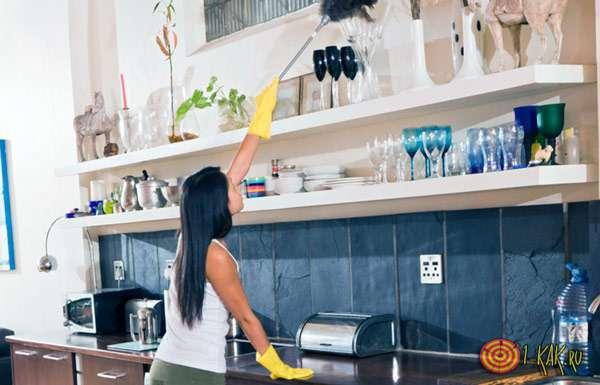девушка поддерживает чистоту и порядок в доме
