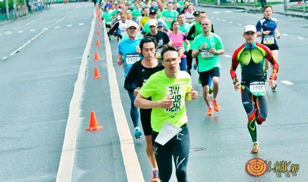 Бегут марафон в спортивной одежде