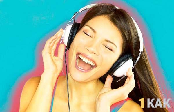 Девушка поймала музыкальную волну